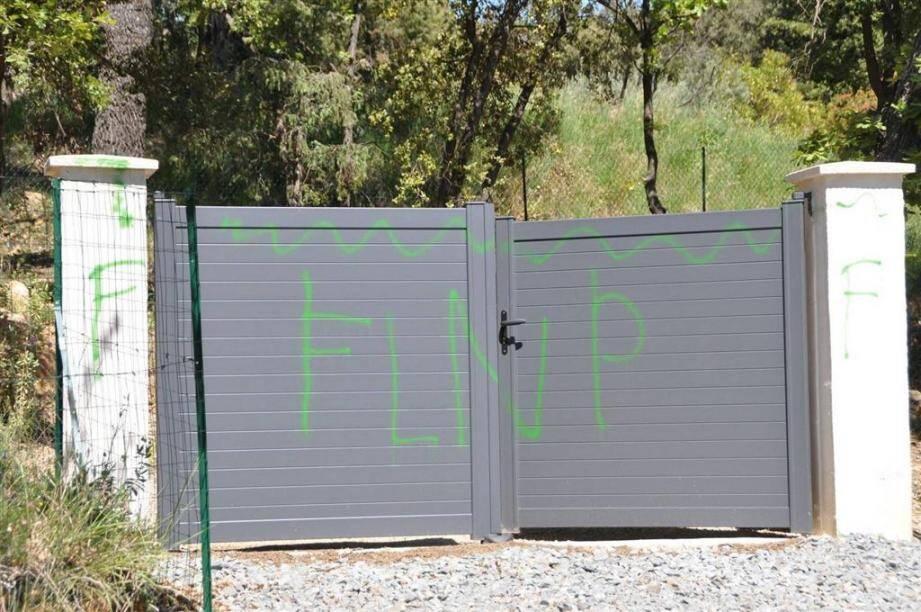 Les inscriptions découvertes sur l'un des murs et le portail d'une résidence de Flayosc font l'objet d'une enquête antiterroriste.