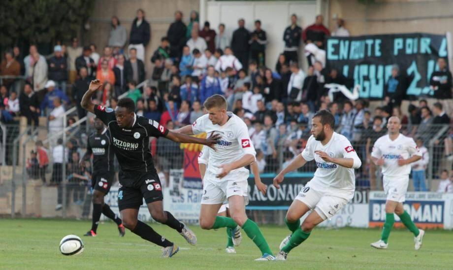 Les joueurs de l'Etoile FC Fréjus/St-Raphaël ont fait un nouveau pas vers la Ligue 2, ce vendredi soir face à Colmar.