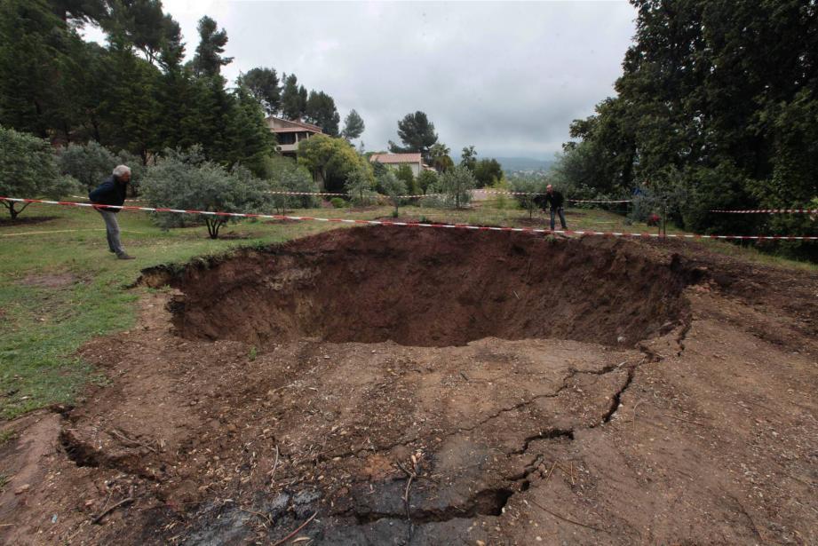 Un phénomène qui s'est déjà produit, mais qui a été entendu par les riverains, et qui a généré, cette fois, un trou de douze mètres de profondeur sur environ 10 mètres de diamètre.