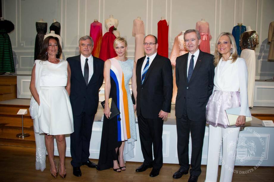 La soirée se poursuivait au Musée océanographique samedi soir. Autour du prince Albert II et de la princesse Charlène (vêtue d'une robe de la collection « Croisière »), à gauche le p.-d.g. de Christian Dior Couture Sydney Toledano et son épouse Katia. À droite, le propriétaire du groupe LVMH Bernard Arnault et son épouse la pianiste Hélène Mercier-Arnault.