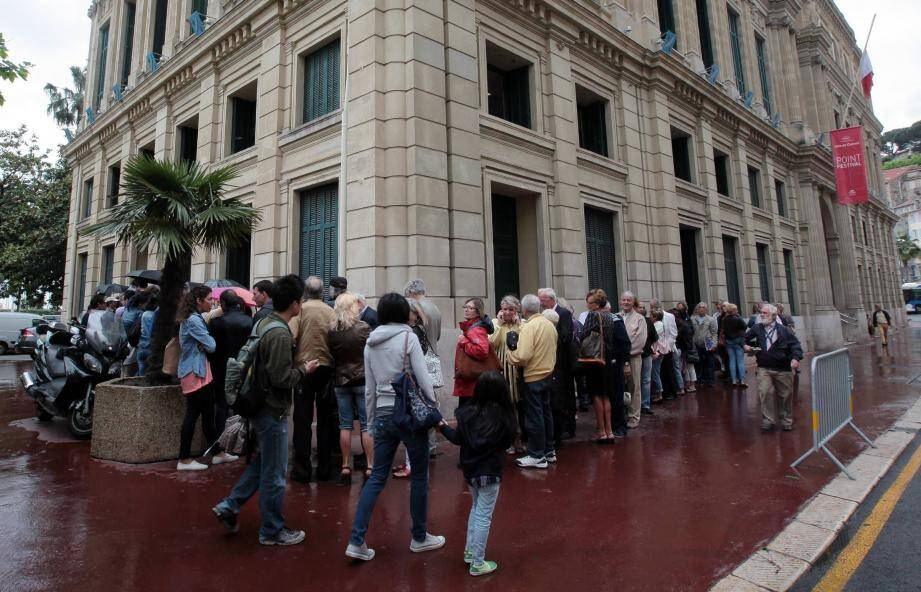 À 10 heures, une centaine de personnes attendaient de retirer les places réservées aux Cannois, sur le principe du premier arrivé, premier servi.