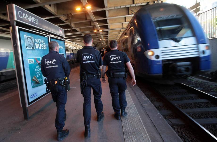 Les hommes de la police ferroviaire sont intervenus rapidement sur les lieux de l'attaque : un tunnel situé quelques centaines de mètres avant la gare de Cannes.