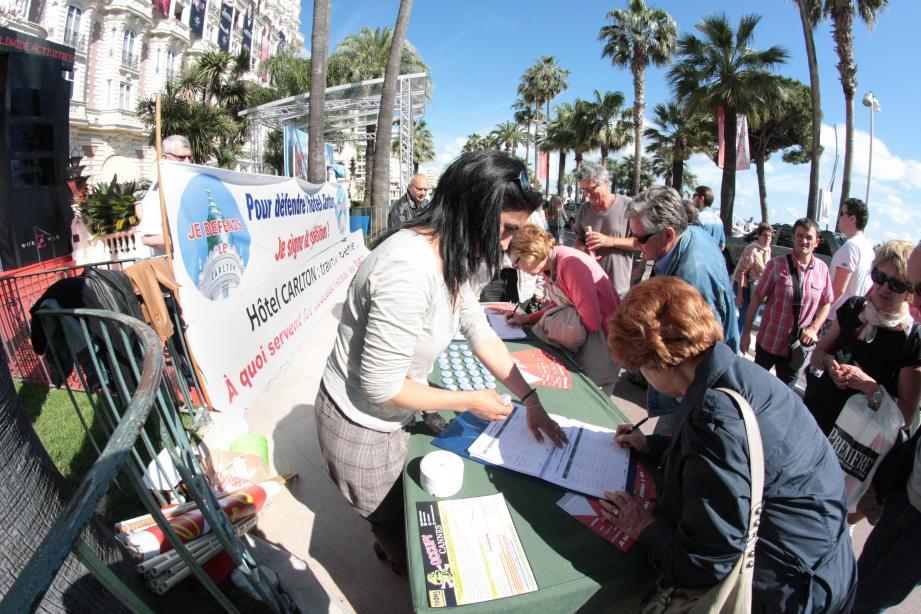 Durant tout le festival, l'intersyndicale du célèbre hôtel de la Croisette, récolte les signatures des Cannois et festivaliers, pour soutenir les salariés qui veulent garder leur outil de travail.