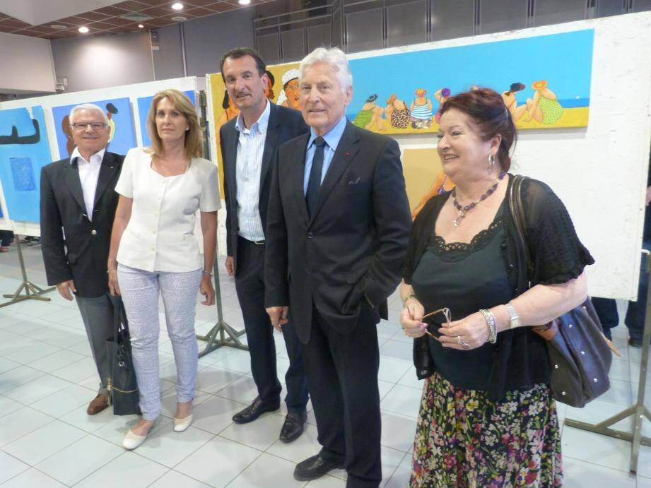 Dany Frisat, présidente de l'association «l'ABC des Arts» présente l'exposition aux élus et invités.