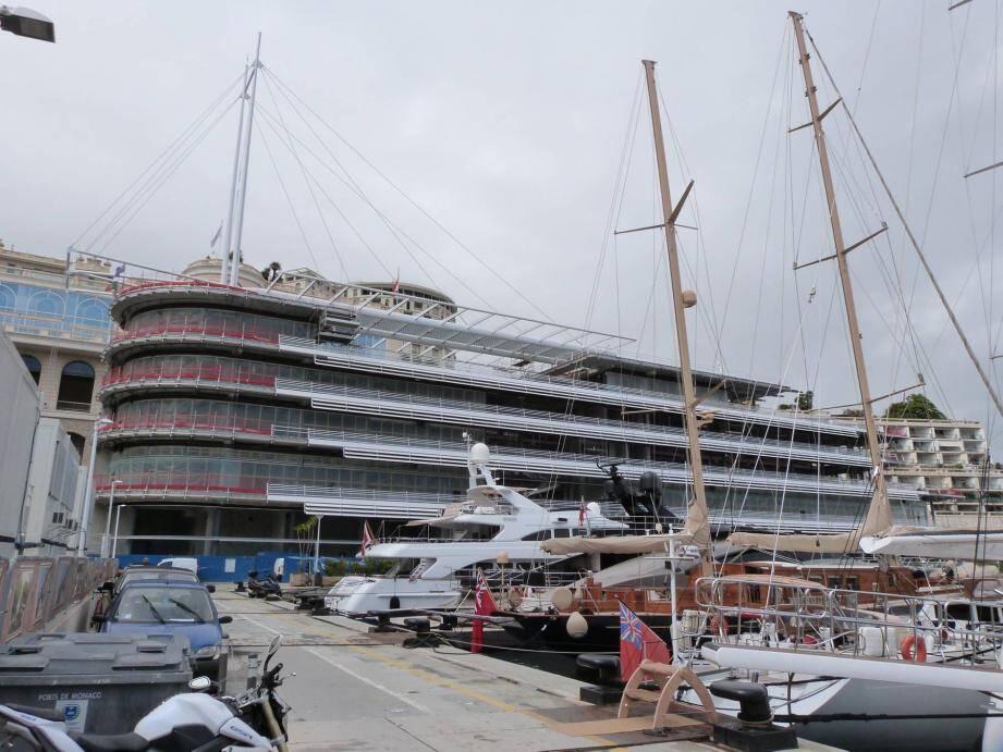 Une terrasse telle le pont d'un bateau enserre la grande salle de réception du troisième étage.