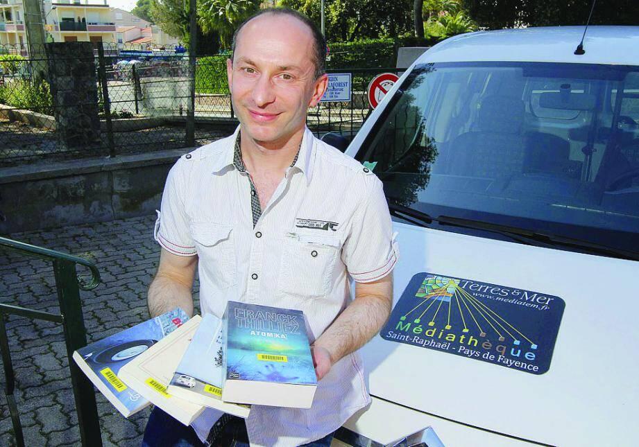 Le bibliothécaire de Saint-Raphaël est souvent au volant pour conseiller et distribuer les livres dans les médiathèques dépendant de son secteur.