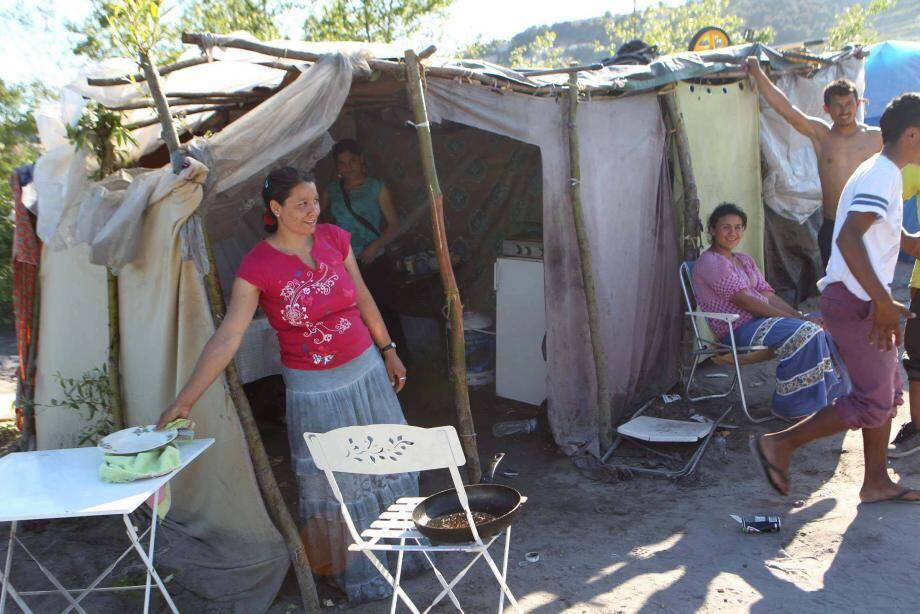 Vendredi au plus tard, les tentes installées sur la rive gauche du Var auront disparu.Certaines familles espèrent être relogées.