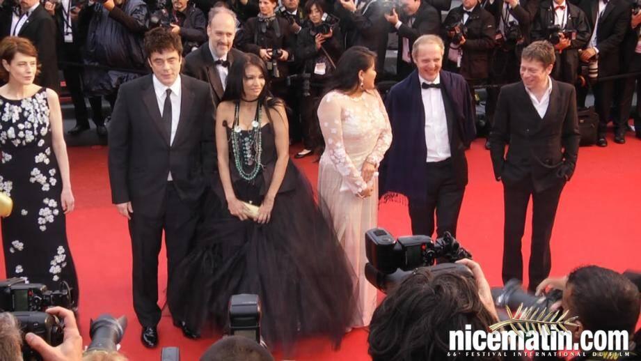 VIDEO. Cannes 2013: Montée des marches sous la pluie pour Benicio del Toro et Mathieu Amalric