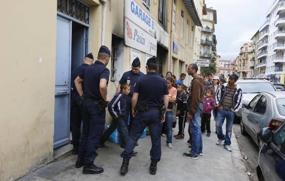 A quinze heures cet après-midi, les forces de l'ordre ont procédé, dans le calme, à l'évacuation de la maison occupée par plusieurs familles roms depuis le début de l'année.