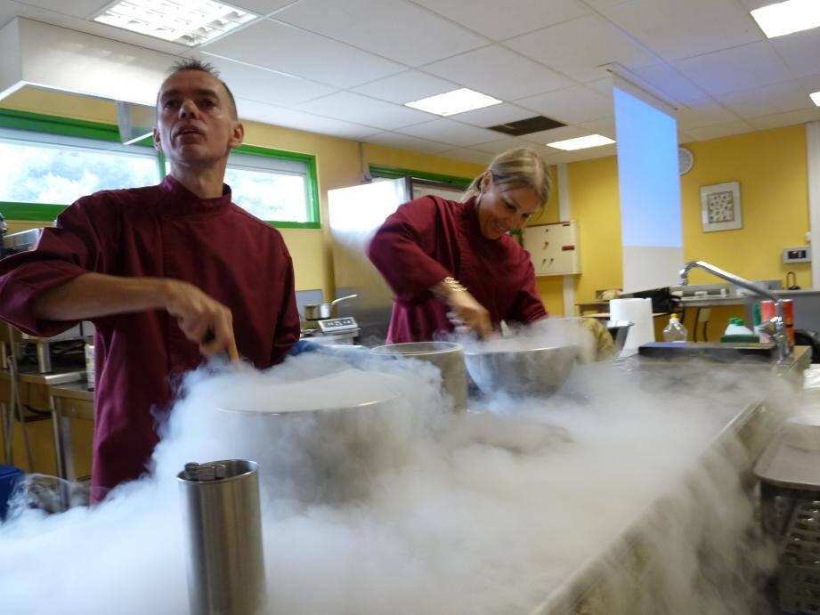 David Faure, chef étoilé Niçois, explique aux élèves du lycée Escoffier les secrets de la cuisine moléculaire.