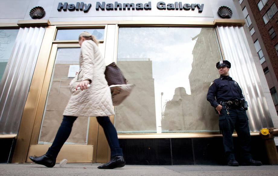 """Le 17 avril dernier. La police garde la galerie d'art """"HellyNahmad"""", sur Madison Avenue, en plein Manhattan, après une spectaculairedescente de police."""