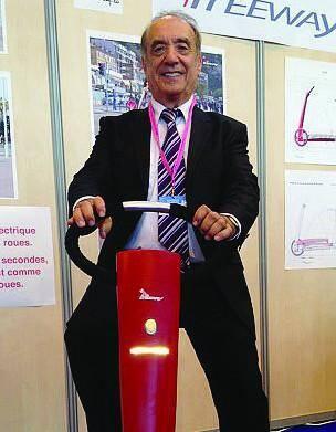 Le Niçois Raoul Parienti au guidon du Freeway, sa dernière invention, sur le stand du concours Lépine qui se déroule actuellement à Paris.