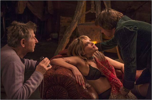 Photo prise de Roman Polanski (à gauche), Mathilde Seigner dans le rôle de Vanda et Mathieu Amalric dans celui de Thomas.