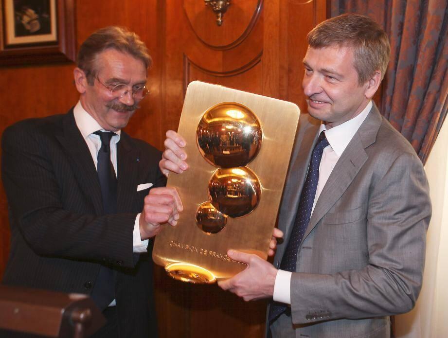 Frédéric Thiriez, président de la Ligue, remet le trophée pour le titre de champion de L2 à Dmitry Rybolovlev, président de l'AS Monaco