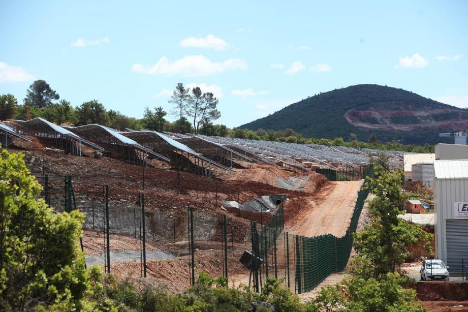 Le parc photovoltaïque de Solaire Direct, implanté sur les hauteurs, apporte la touche verte à la zone d'activités de Nicopolis.