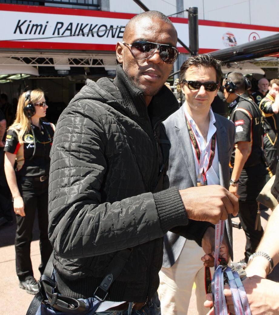 Eric Abidal (ici sur la pit-lane du Grand Prix de Monaco le 26 mai dernier) : « Il y a beaucoup de clubs qui s'intéressent à moi ».