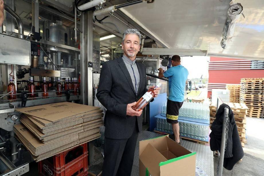 Devant un de ses centres d'embouteillage mobile, Joël Lauvige peut être fier de l'essor pris par sa holding Gala dans le monde de la viticulture.