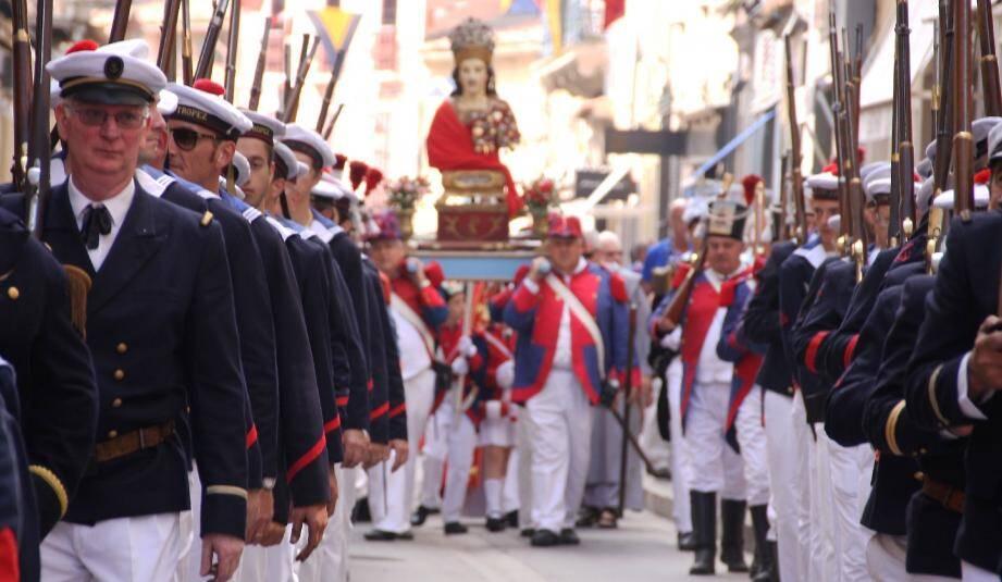 Le temps d'une procession et d'une messe à l'église, les Tropéziens se sont souvenus hier, que le 15 juin 1637, ils ont, avec la protection de saint Tropez vaincu 21 galères espagnoles. Bravadeurs et provençales étaient réunis dans une même ferveur.