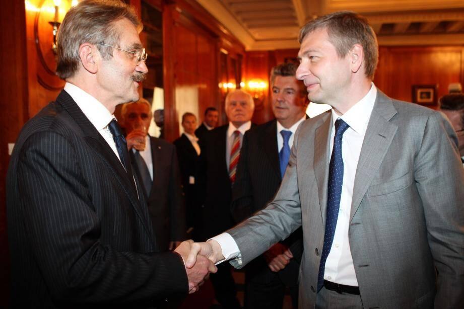 Frédéric Thiriez, président de la LFP, remettait la semaine dernière à Dmitry Rybolovlev le trophée de champion de L2. C'est au Conseil d'Etat que leurs institutions respectives vont se retrouver demain. (E. Dulière)
