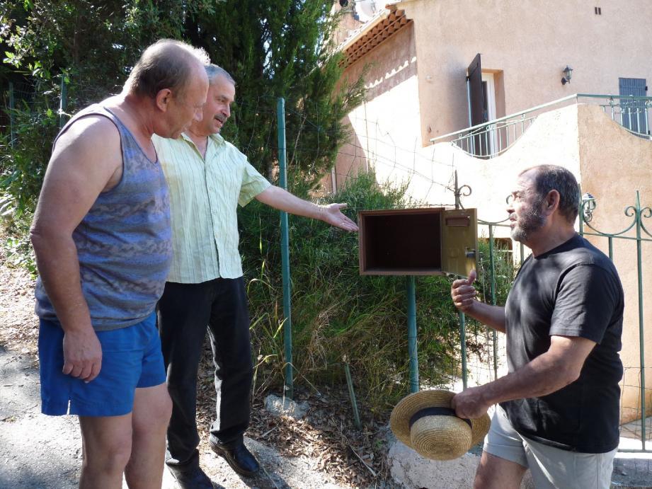 Les voisins du chemin de la Revouta-Soutrana dépités devant leurs boîtes aux lettres vides.