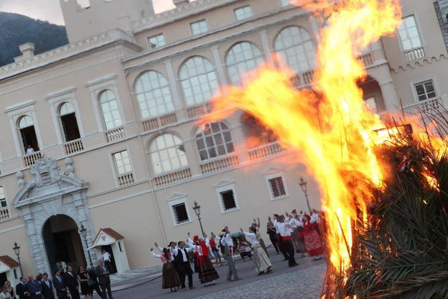 Place du Palais, hier soir, les flammes symboliques pour inaugurer cette fête de l'été.