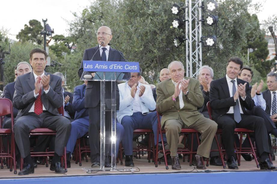 Eric Ciotti entouré des élus parmi lesquels Christian Estrosi et du président de l'association, Christian Airaut, 1er adjoint de St-Martin-Vésubie.