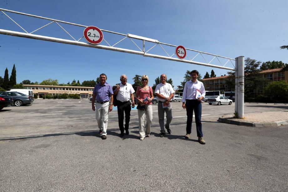 Il sera bientôt plus facile de se garer au centre-ville, le temps d'une course, sur le parking De-Gaulle. Et pour ceux qui restent garer toute la journée, le parking Clemenceau, distant de deux cents mètres, est disponible.