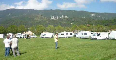 Une quarantaine de caravanes s'est installée ce dimanche sur le Grand Pré à Levens.