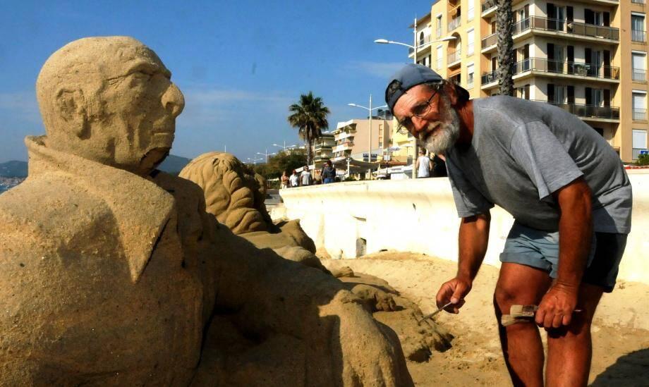 Mike, sculpteur sur sable, présente ses œuvres sur la plage du centre-ville