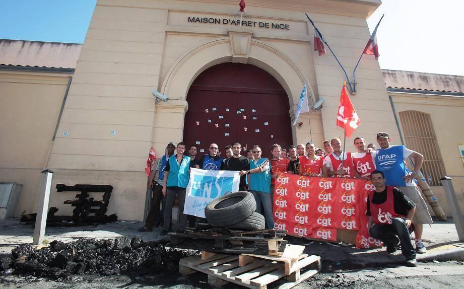 Une quarantaine de manifestants ont symboliquement bloqué les entrées et sorties de la maison d'arrêt de Nice rue de la Gendarmerie.