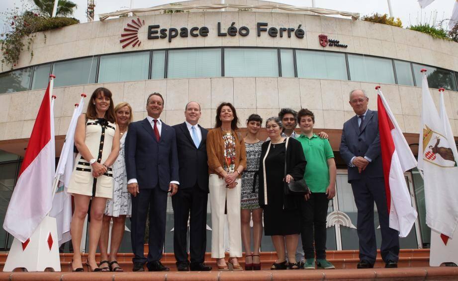 Le prince Albert II et la princesse Caroline, ici aux côtés du maire de Monaco Georges Marsan, ont tenu à accueillir personnellement la veuve de Léo Ferré, Marie-Christine, son fils Mathieu et ses petits-enfants Charlotte et Nicolas.
