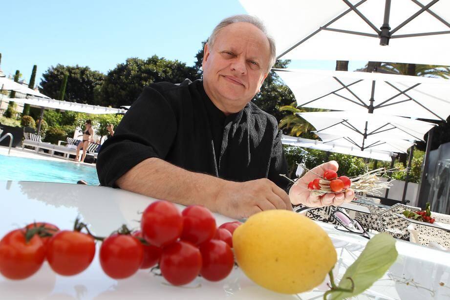 Joël Robuchon photographié dans le nouveau restaurant qu'il baptise au Métropole Monte-Carlo. Une « Odyssey » partagée avec Karl Lagerfeld.