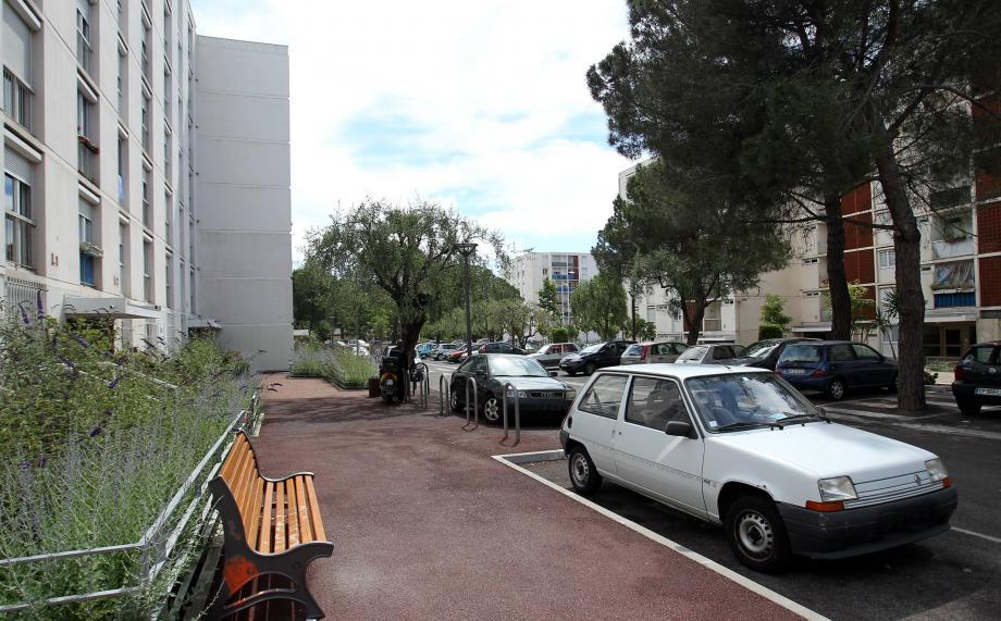 C'est là, sur l'espace public de la résidence Sainte-Jeanne à Cannes, que Larbi Ben Aziza a reçu un coup de couteau mortel dimanche soir.