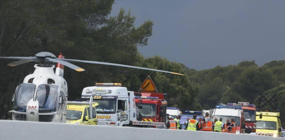 Durant tout le temps où les secours ont pris en charge les deux victimes, l'autoroute a été coupée à la circulation sur la voie sud.