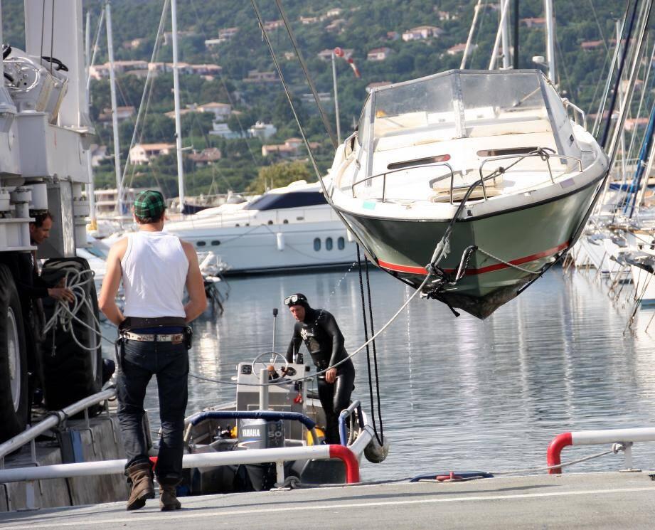 Le bateau sur lequel a été retrouvé le disparu valbonnais a été tracté jusqu'à Cavalaire, pour être examiné par les techniciens d'investigation criminelle.