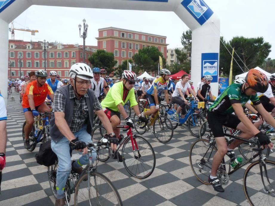 Près de 250 cyclistes amateurs ont effectué le parcours du futur contre-la-montre par équipe du Tour de France, à Nice.