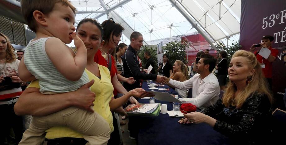 Des centaines de fans de la série des Feux de l'Amour à Monaco pour rencontrer les acteurs