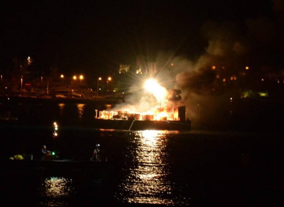 Barge en feu au Festival pyrotechnique de Cannes