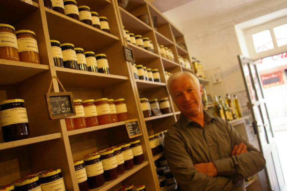 Sur les étagères, François Geraud fait aussi la part belle aux produits artisanaux du Var, des friandises telles que le nougat ou la pâte de coing, huiles et vinaigres.