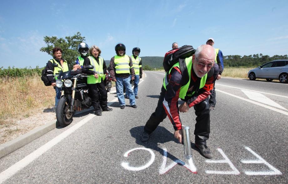 Le président de la fédération varoise des motards en colère, Patrick Bidard, marque symboliquement la chaussée à l'abord du rond-point de la D81 et de la D554, lézardé de pontages, à Garéoult.