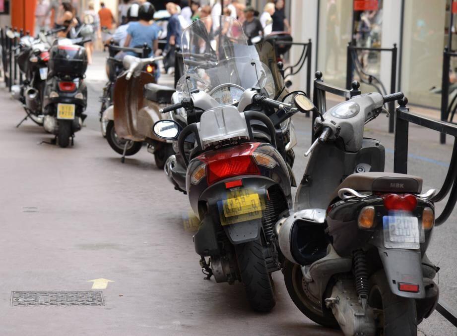 Le stationnement anarchique des deux-roues, s'ils gênent vraiment la circulation, est sanctionné d'une amende de 35 euros.