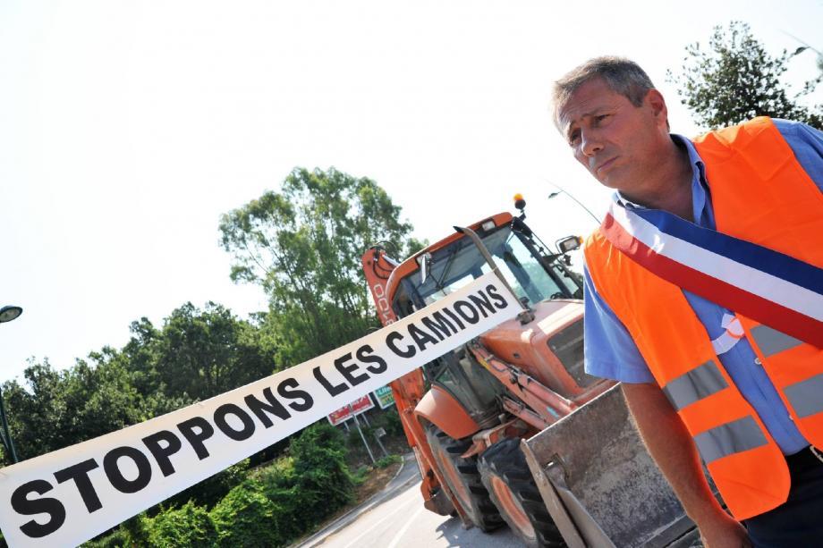 Le maire de Pierrefeu et ses conseillers municipaux bloquent depuis mercredi matin le passage aux camions, rond-point des Harkis.