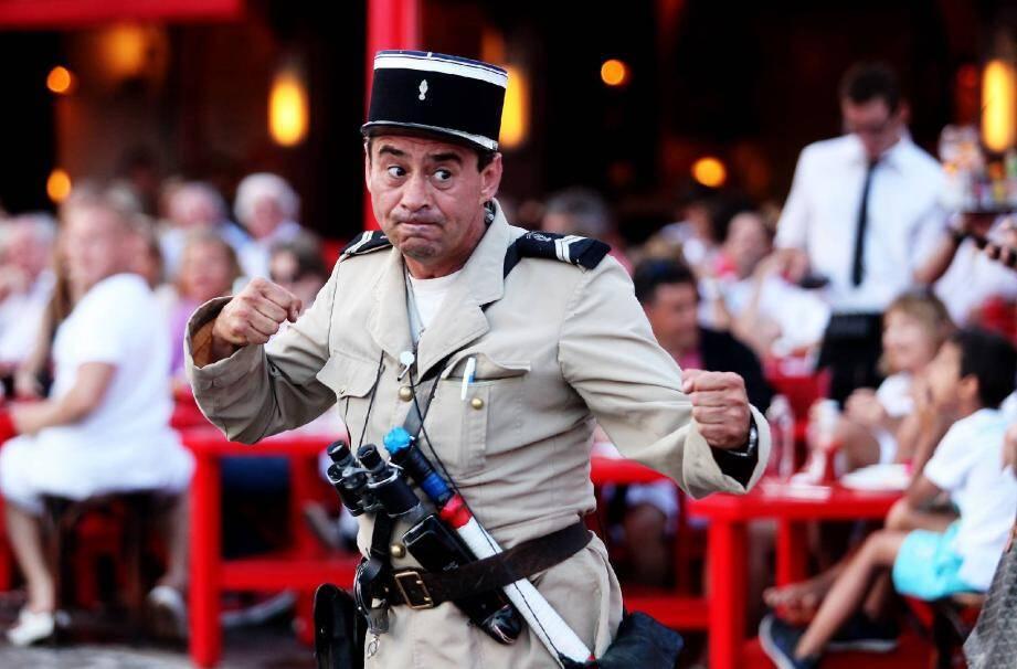 Avec ses mimiques, «le faux gendarme» fait rire les passants. (Ph. Dylan Meiffret)