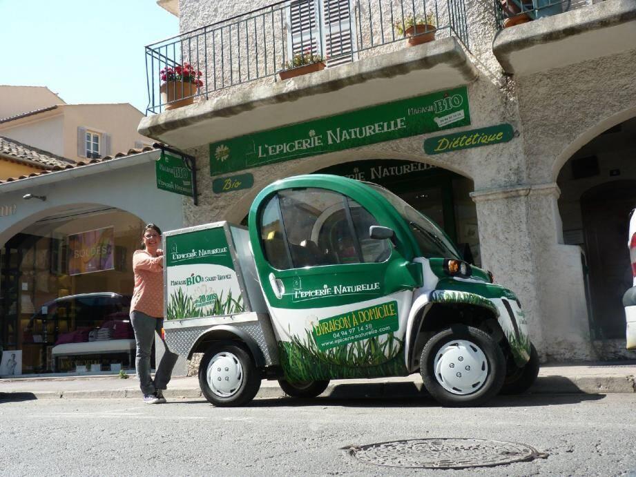 « L'épicerie naturelle », gérée par Corinne Isnard, détient une voiture électrique pour les livraisons. L'autonomie est de 40 km.