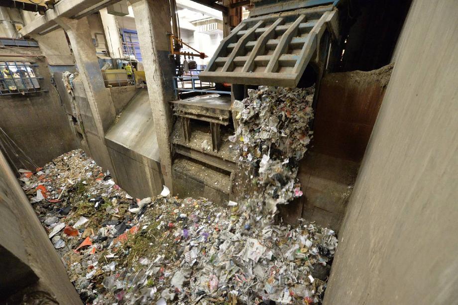 L'intégralité des ordures ménagères collectée dans les immeubles de Fontvieille est aspirée jusqu'à ce caisson. Une fois ouvert, celui-ci déverse les déchets dans cette immense fosse de l'usine d'incinération.