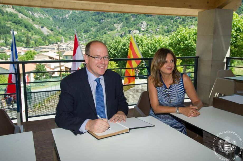 Le Prince Albert II a signé le livre d'or de l'inauguration de la Maison d'Amelie aux cotés de Muriel Natali-Laure, qui a porté ce projet.