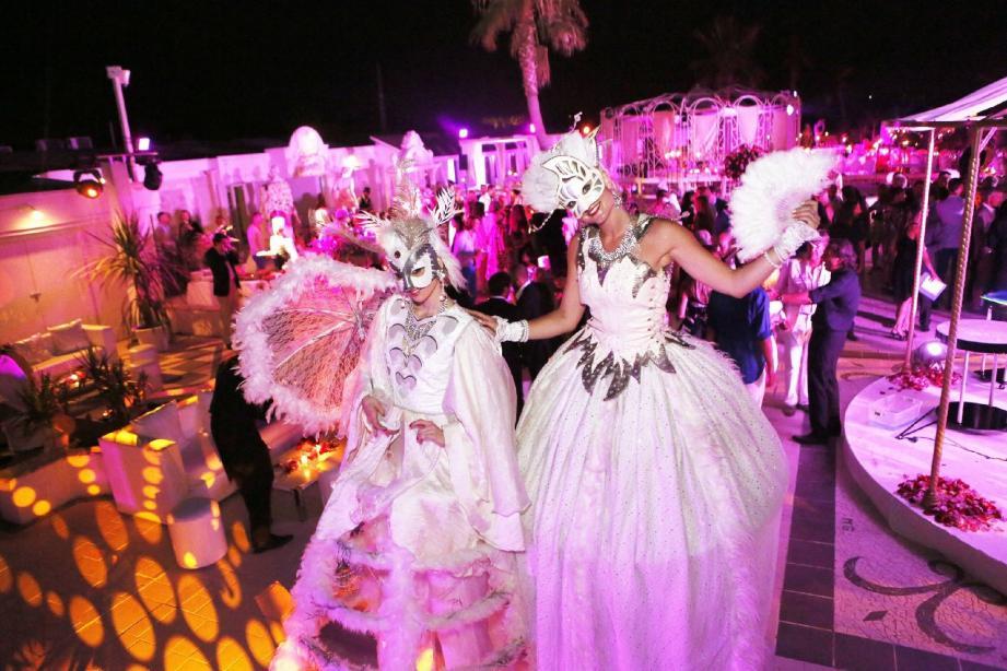 Chloë et Magali, des échassières venues de Cannes, ont animé la soirée avec élégance.