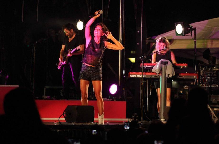 Surprotégée par son entourage, l'artiste niçoise n'a pas traîné à Cavalaire, jeudi soir, après un concert d'1h20.