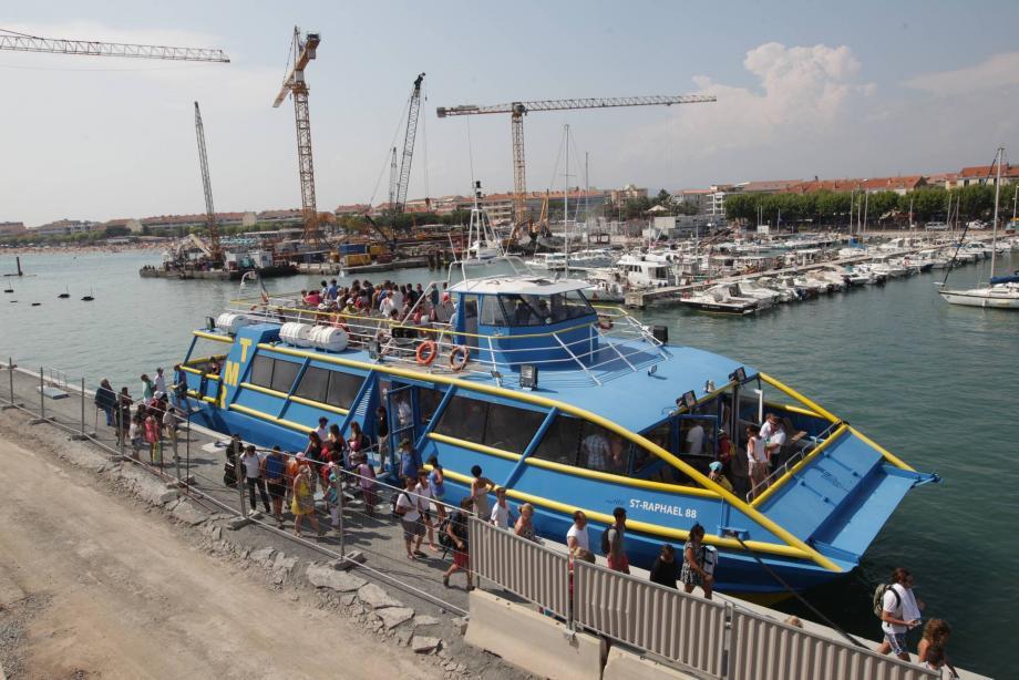 Les Bateaux bleus comme les pêcheurs se sont adaptés pour répondre aux nécessités des gros travaux sur le vieux port.