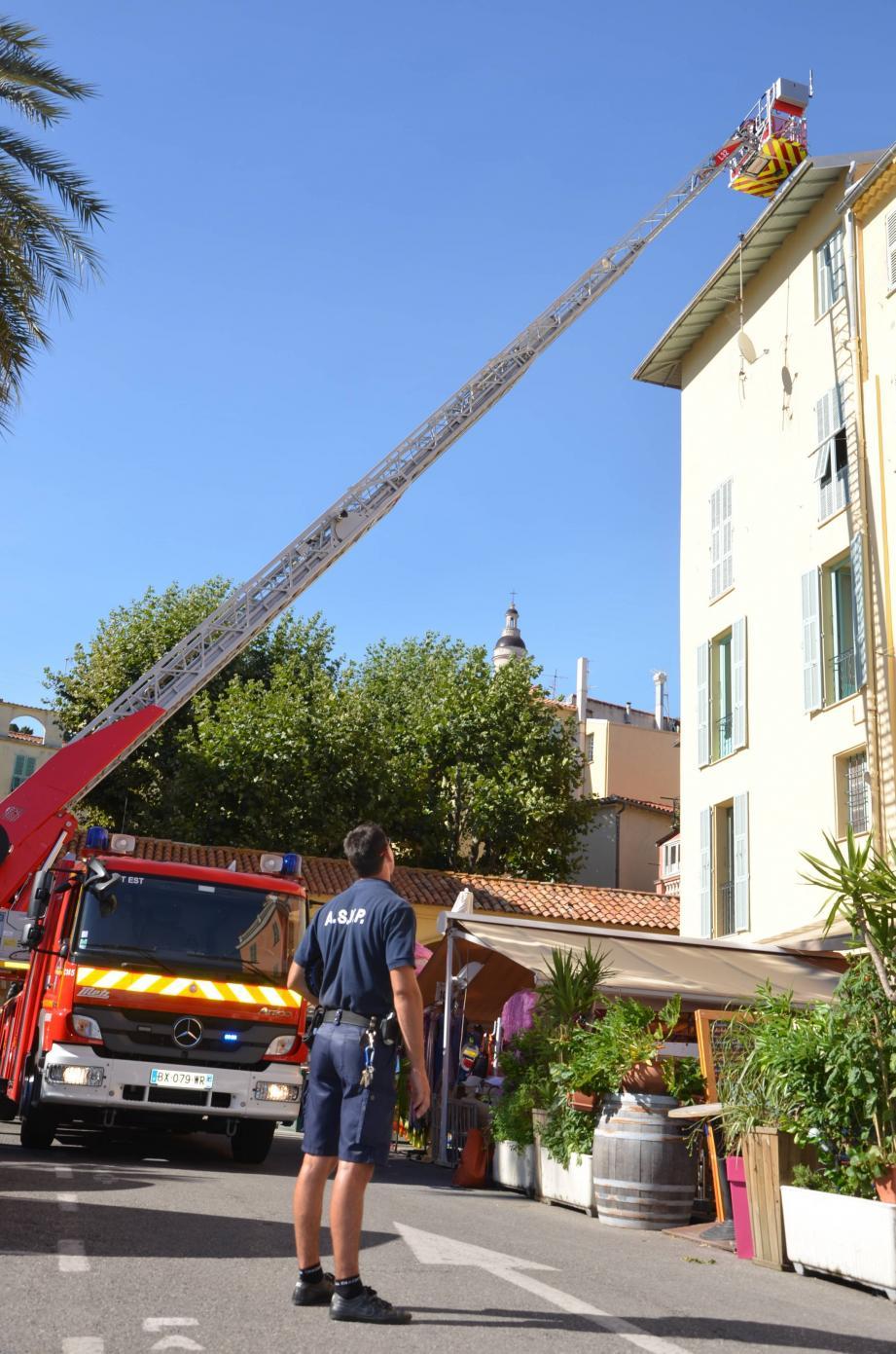 Les sapeurs-pompiers ont déployé la grande échelle pour venir à bout de l'antenne menaçante.